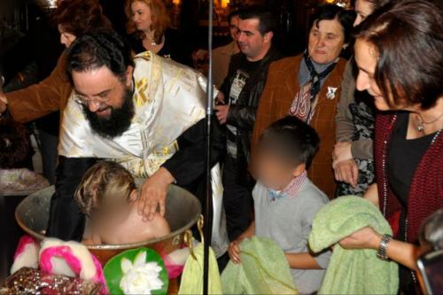 Βάπτιση παιδιών από μέλη του Δικτύου