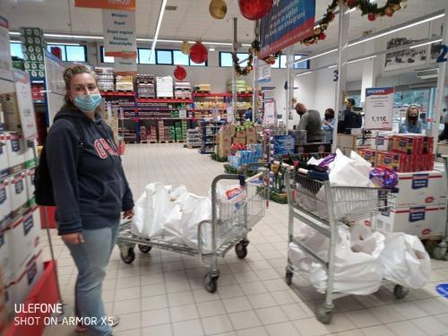 Μουζακίτη Κατερίνα και Βλάχος Ιωάννης  με την βοήθειά τους εξασφαλίστηκαν τρόφιμα για ΔΕΚΑ οικογένειες!